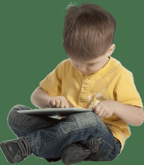 Petit garçon avec tablette